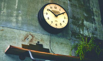 【楽天市場】壁掛け時計【Sevenoaks [ セヴノークス ]】掛け時計|壁掛け| 時計と照明が一体になったユニークでインパクトのある時計。壁掛け時計|レトロ|おしゃれ|ブラック|アイボリー|モノトーン|可愛い|デザイン|お洒落 [送料無料]:ヒナタデザイン