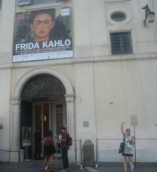 L'Incontenibile entusiasmo, per la mostra di Frida Khalo, ora, lo chiamo per nome: Amore. E, ora, allargo le braccia e dico: «Frida è mia madre». Mi autorizza ad essere. Strana come sono. Femmina, come te, Frida.