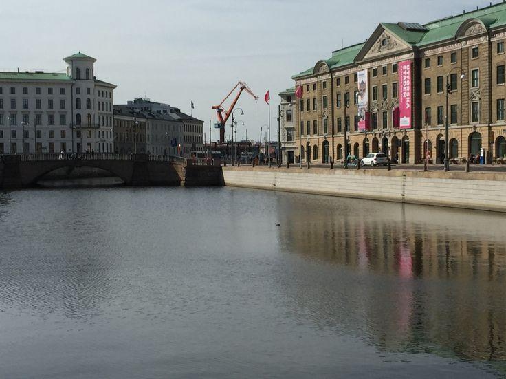 Stora hamnkanalen med muséet och en av kranarna.