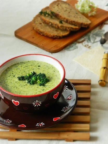 Brokkoli krémleves - vaj, vöröshagyma, fokhagyma, brokkoli, tejszín, só, bors, szerecsendió