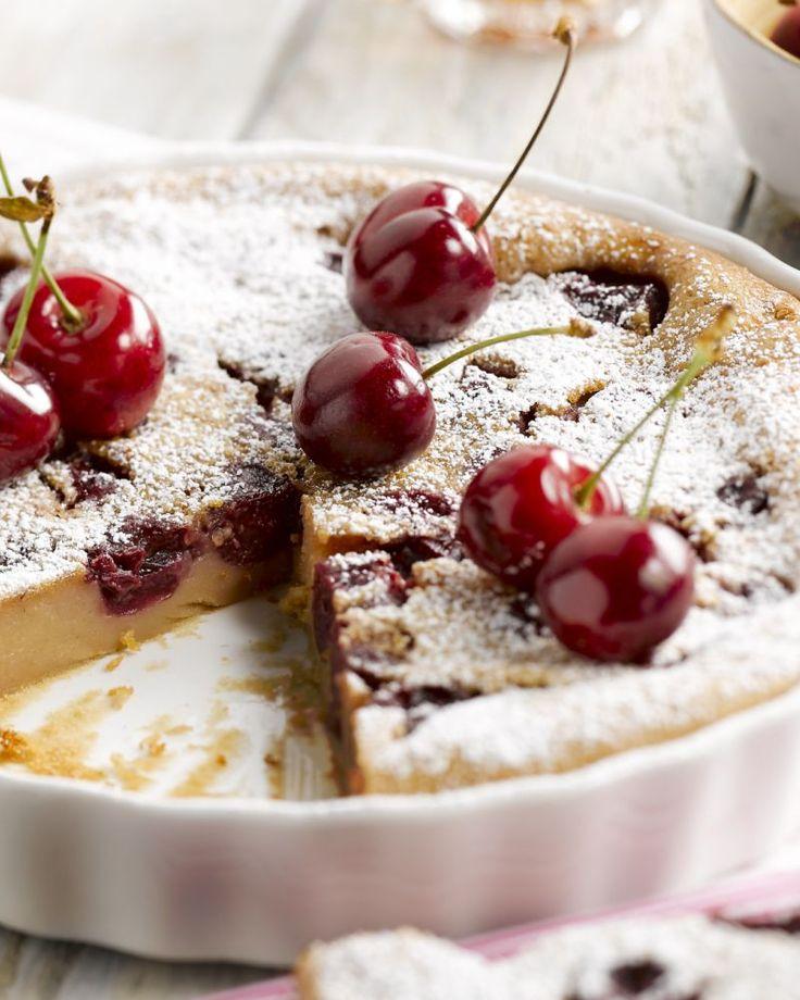 Een makkelijke klassieker uit de Franse keuken is een heerlijk zachte clafoutis met verse kersen. Een toppertje voor de zomer!