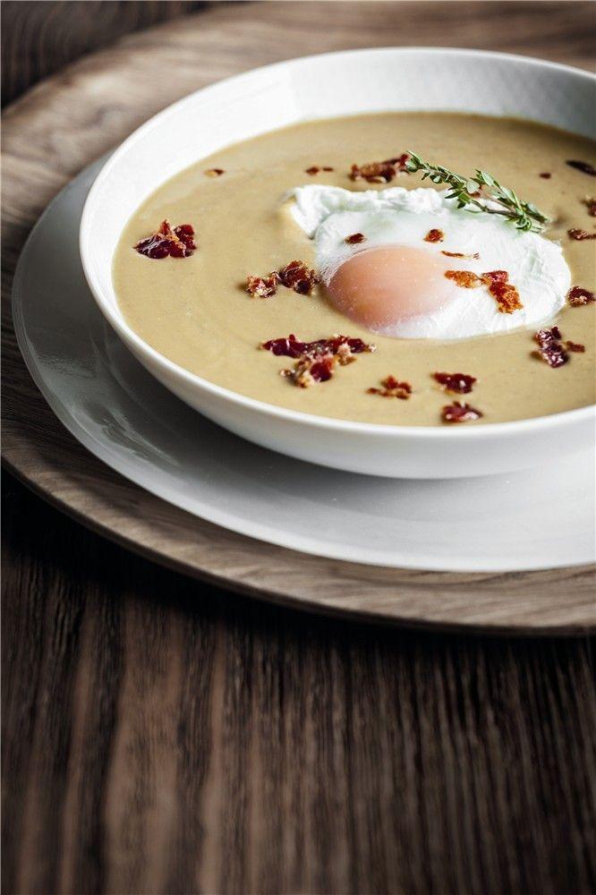 Crema de lentejas con huevo escalfado y crujiente de jamón - INGREDIENTES: • lentejas cocidas con su jugo • 4 huevos • 4 lonchas de jamón serrano o ibérico. - PREPARACIÓN: Escalfamos los huevos en agua caliente con sal un minuto. Sacamos, escurrimos y reservamos. Introducimos las lonchas de jamón en el microondas hasta que queden crujientes. Enfriamos y machacamos con los dedos. Trituramos las lentejas hasta conseguir una crema fina. Acompañamos con el huevo y el crujiente de jamón.