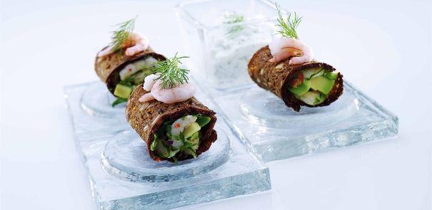 Rejer og avocado i sprødt rugbrød med hytteost og peberrod