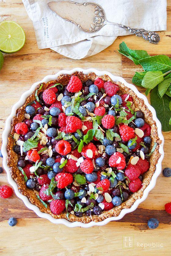 Beeren Tarte (Heidelbeeren, Himbeeren, Erdbeeren) glutenfrei mit Haferflocken, Minze, Mandeln, Vanille, Honig und Kokosnuss. Veganer können einfach den Honig mit Ahornsirup ersetzen. Einfache gesunde Rezepte - Elle Republic