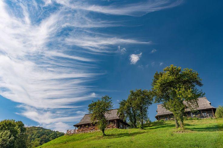 Poznaj piękno otoczenie siedliska Maciejewka w Bieszczadach. Nasze drewniane chaty połozone sa na samym końcu wsi otoczone są przepięknymi lasami i wzórzami