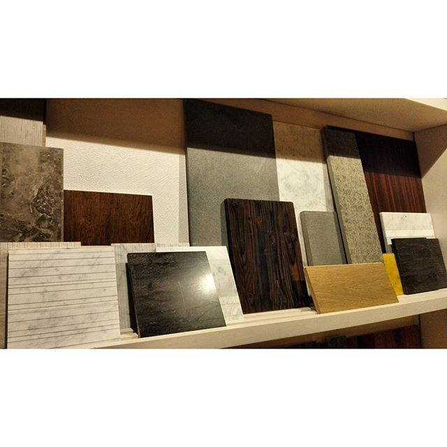 Мраморные текстуры Salvatori идеально сочетаются с натуральным деревом и бетоном, самыми модными сейчас материалами. Презентация #Salvatori в уютном и стильном шоу-руме во время #BolognaDesignWeek #Bologna #вседляванной #плитка #керамика #сантехника #тренд