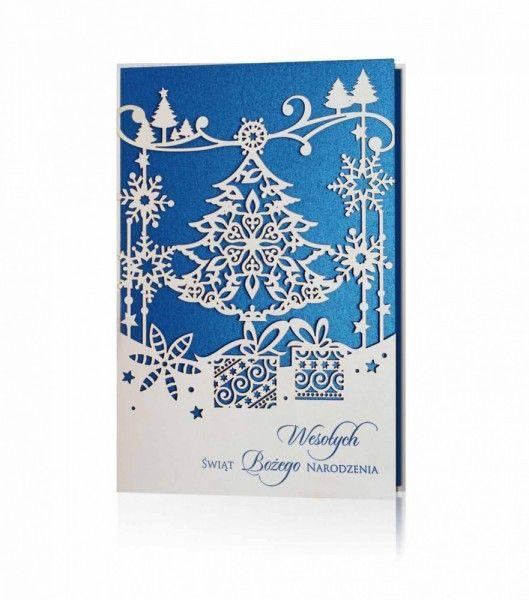 Kartka świąteczna B 859: Biały i niebieski perłowy papier, niebieski nadruk. Przepiękna kartka świąteczna z najnowszej kolekcji. Na okładce są wycięte laserowo motywy świąteczne z największą dbałością o szczegóły, natomiast dla kontrastu wkładka jest w kolorze niebieskim, która wyłania się spod białej okładki. W dolnej części nadrukowane są życzenia świąteczne.