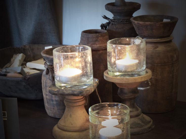 Set potjes uit Nepal van Hoffz met daarbij houte rustieke kandelaren van Hoffz vult een kleine bijzettafel tot een prachtige decoratie in uw woning.