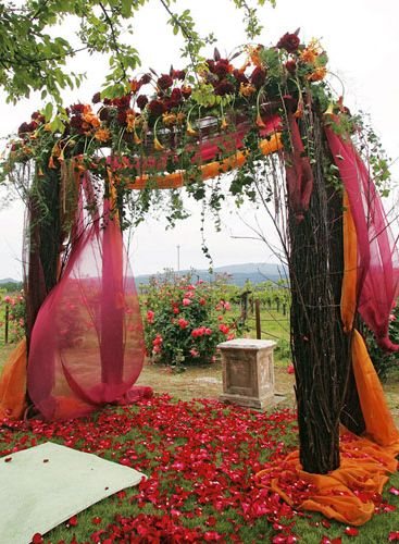 A rustic take on the traditional South-Asian wedding mandapam. Beautiful colour combinationl for an Autumn wedding. #autumnwedding #mandap | The Maharani Diaries