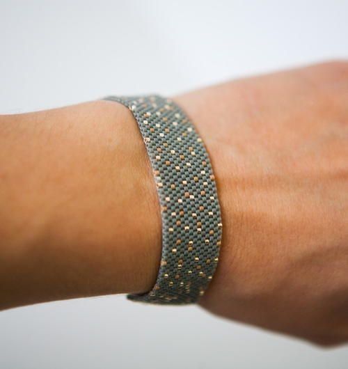 Gold Speckled Peyote Stitch Bracelet | Looking for some formal jewelry that doesn't blind you with its bling? This peyote stitch bracelet is perfect for dressing up in a classy way.