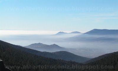 UN PAISAJE SALIDO DE LOS SUEÑOS // Nubes de tul rasgadas por los rayos de la luz incipiente que abre el día desde tiniebla y gris a los albores del despertar del sueño hacia la vida. Montañas que en el seno de los valles acogen la humedad que deposita la boira de la noche por las tierras: matrices fecundadas con vapores. Picachos azulados sobresalen de neblinas doradas que diviso por el camino que baja la mont…—…