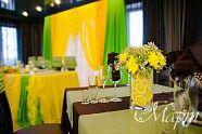 Президиум молодых и гостевые столы были украшены в яркие и сочные цвета. Оформление было дополнено различными аксессуарами и цветочными композициями.