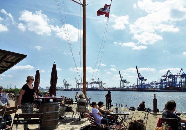 Strandperle Övelgönne, der schönste Ort in Hamburg! full report auf: https://mylovelyhamburg.me/2016/06/30/strandperle-mehr-hamburg-geht-nicht/