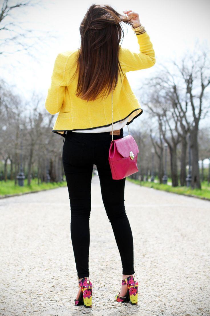 lato b | capelli lunghi | taglio capelli | shatush | giacca gialla | borsa fucsia | skinny jeans | pantaloni neri | sedere 1