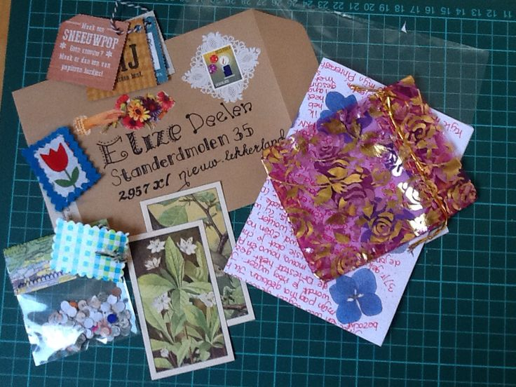 Versierde letters en zelfgemaakt postpapier