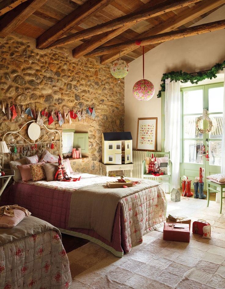 Camas de niño con cabecero de hierro, guirnaldas de Navidad, lámparas de papel. Rústica (354295)