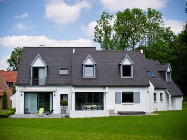 Au Nord de la métropole de Lille, à la frontière belge, cette villa contemporaine construite en 2006 possède une surface habitable de 212m² sur deux étages. Elle est équipée d'un dispositif de chauffage par géothermie, d'un adoucisseur, d'une alarme, double vitrage, volets électriques, cave, terrasse exposée plein sud avec jacuzzi. Le prix de mise en vente pour cette maison est de 880.000 € Fai   #Immobilier #France #Realestate
