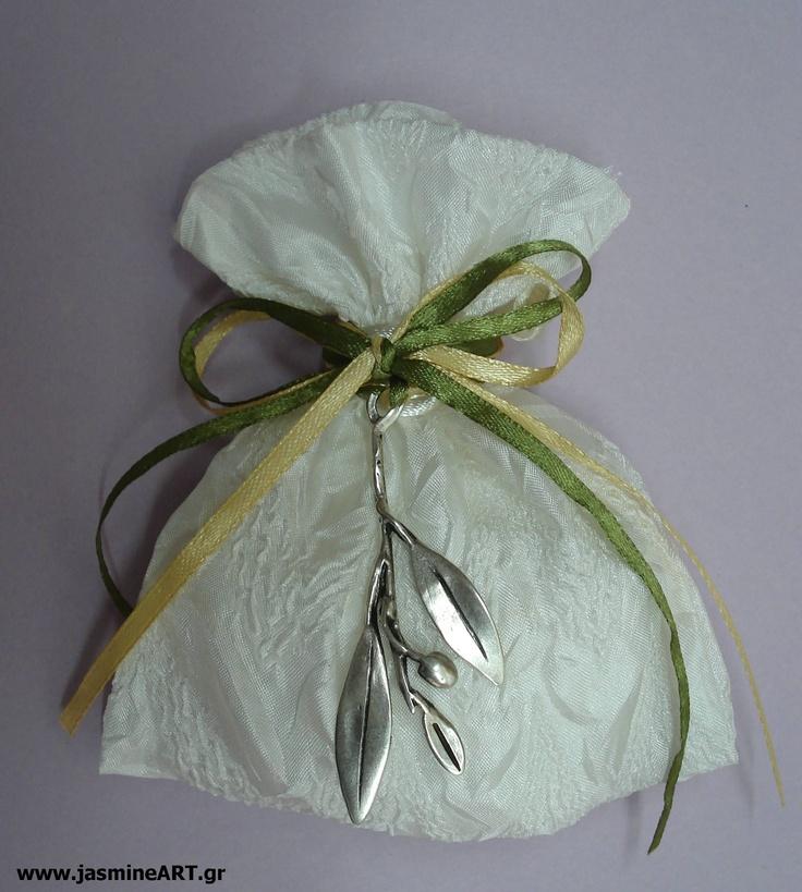 Ιβουάρ Πουγκί με κλαδί ελιάς