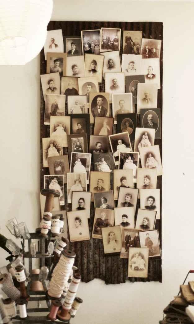 Ces vieilles photos ont été collées sur un bout de toiture de grange :