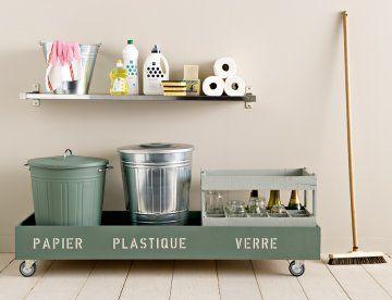 Tri sélectif sur roulettes avec mots papier, verre et plastique peints au pochoir