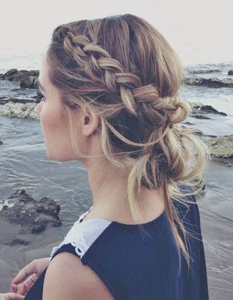 Cheveux attachés pour un mariage