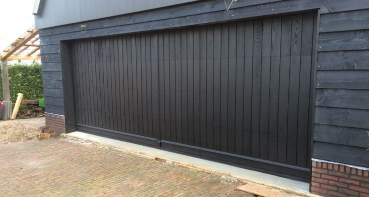 Verticaal houten garagedeur - Driehuizen - Different Doors Garagedeuren