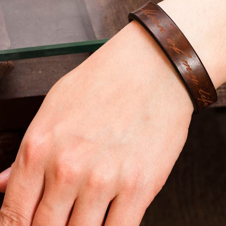 *Наш дизайнер выполнит любую гравировку на индивидуальном или парном браслете.Изысканный Авторский кожаный браслет в подарок Монограмма на руку с именной надписью – именем владельца, инициалами или монограммой. Браслет выполнен из непрессованной лицевой итальянс