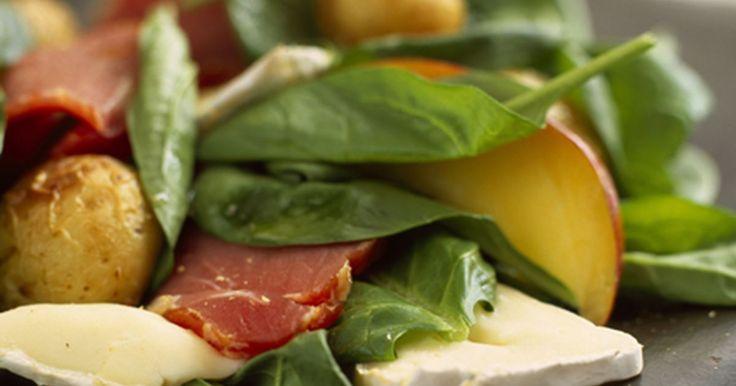 Skøn spinatsalat med bagte kartofler, skimmelost, ferskner, røget mørbrad og sennepsdressing. Server med brød.