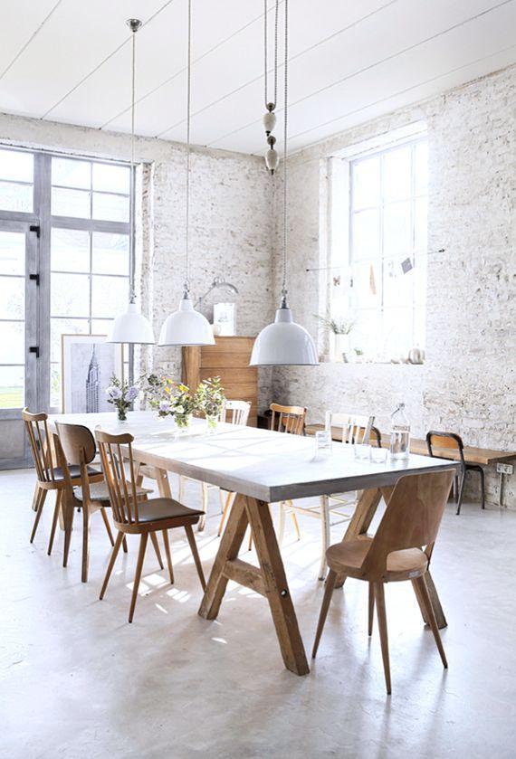 Stoere tafel met allerlei leuke stoeltjes!