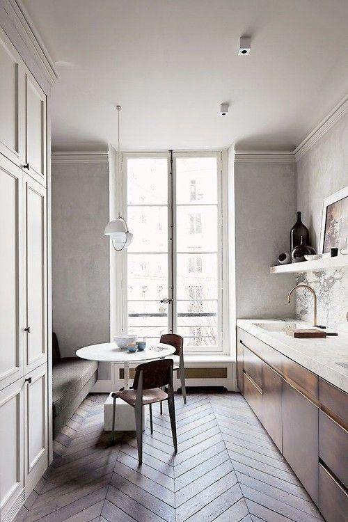 Kök med platsbyggd soffa