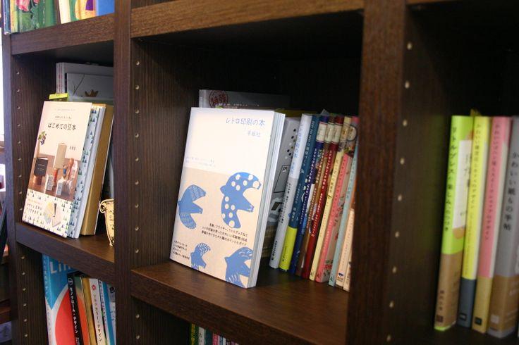 【紙とデザインの書斎mukku】大阪・堺筋本町 紙と印刷のショールームに併設された、紙やデザイン、素材集などセレクトブックストア。
