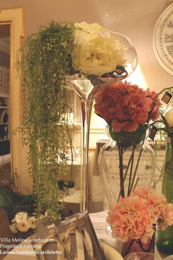 Particolari addobbi; fiori in vasi alti