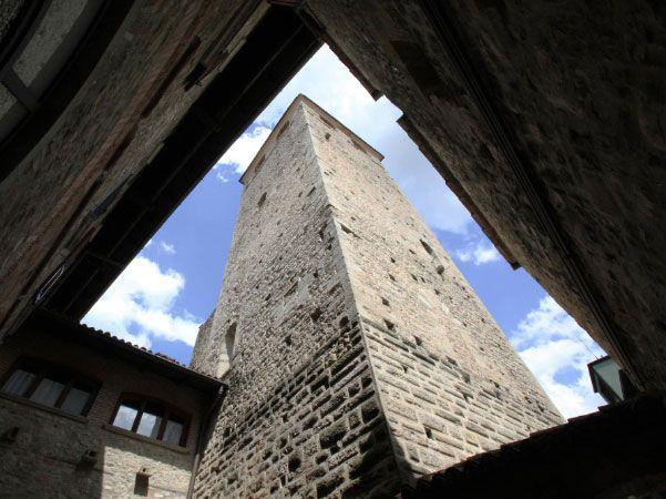 La #Torre delle Streghe: dall'alto dei suoi 30 metri di altezza domina il #Castello Malaspina e il #borgo #medievale di Varzi.