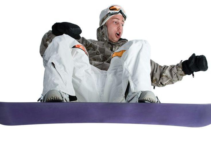 Cómo montar una caja desde su parte trasera con la tabla de snowboard. Cuando estés aprendiendo a montar una caja en el terreno del parque como un snowboarder, aprende, antes que nada, a deslizarte por la caja desde el lado delantero con el frente de tu cuerpo mirando hacia abajo. Una vez que hayas ...