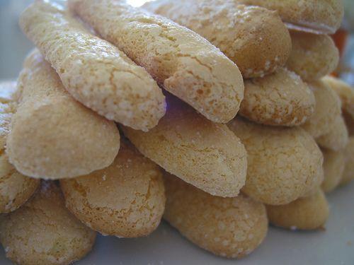 """BISCOTTI DI FONNI Il biscotto di Fonni si presenta morbido e friabile dalla colorazione dorata, la forma è simile a quella dei classici """"savoiardi"""", rispetto ai quali risulta di dimensioni più grandi pesa circa 13 g. Il suo gusto dolcissimo conserva la fragranza del biscotto appena sfornato, il profumo delle uova fresche addolcite con lo zucchero."""