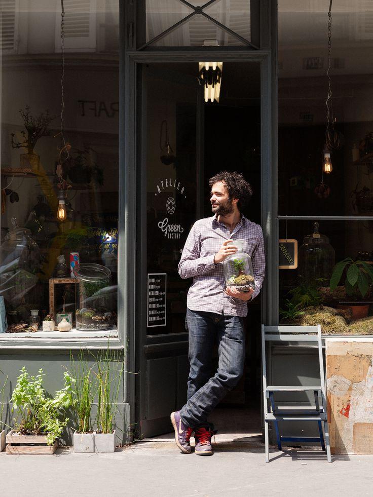 We ontmoetten Noam Levy van The Green Factory in het hippe oosten van Parijs. Hij maakt prachtige minituintjes in glazen terrariums en wil met deze kleine kunstwerken de stadse appartementen voorzien van meer groen. #Exposé #07 #TheGreenFactory