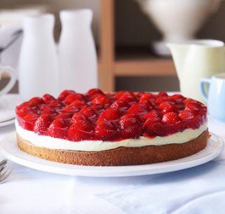 Der klassische Erdbeerkuchen mit Biskuitboden wird bei unserem gelingsicheren SweetFamily Backrezept mit einer sahnigen Mandelpuddingcreme verfeinert. Einfach himmlisch.