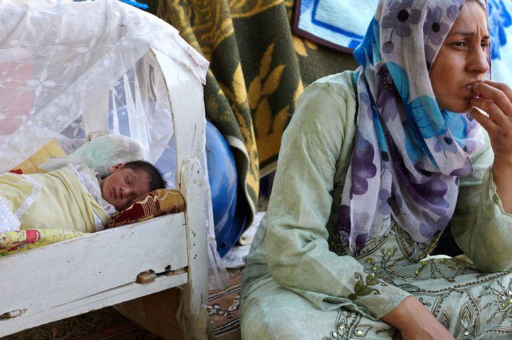 Peroz è molto preoccupata per il futuro della sua famiglia ed in particolare della sua bambina neonata: non hanno una struttura dove rifugiarsi, per il momento dormono all'aperto in un accampamento spontaneo nella città di Erbil, Iraq. www.unhcr.it UNHCR/Baldwin