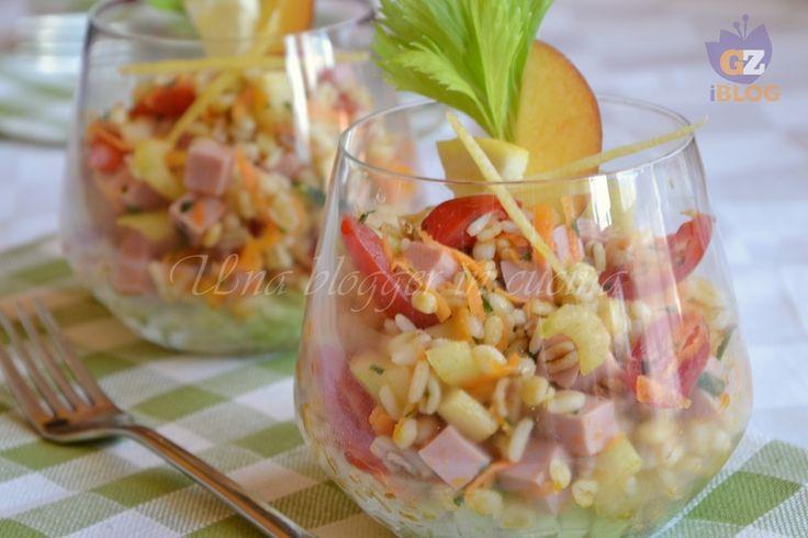 insalata di cereali al bicchiere, con orzo, farro, avena, riso e grano, molte verdure croccanti, prosciutto cotto, zest di limone, cetriolo.