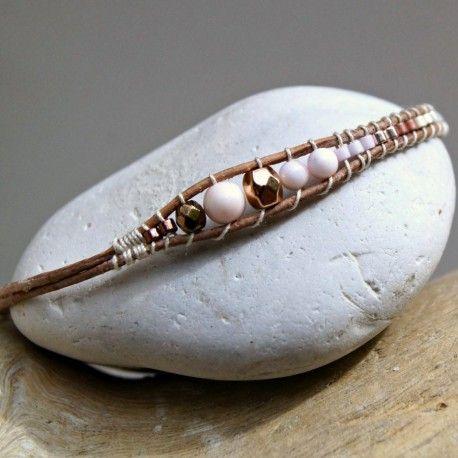 Bracelet d'inspiration Amérindienne formant une flèche de rose pâle à cuivré et blanc. Douces perles de nacre des Bahamas rehaussées par l'or rose et le cuivré de l'hématite, couleurs tant chéries des jeunes filles et des plus grandes.