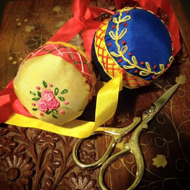 "Embroidered pinball pincushions. 100% customizable. Contact me for a personalised quote. - Alfileteros ""pinball"" bordados. 100% personalizables. Contacta conmigo y te haré un presupuesto personalizado."