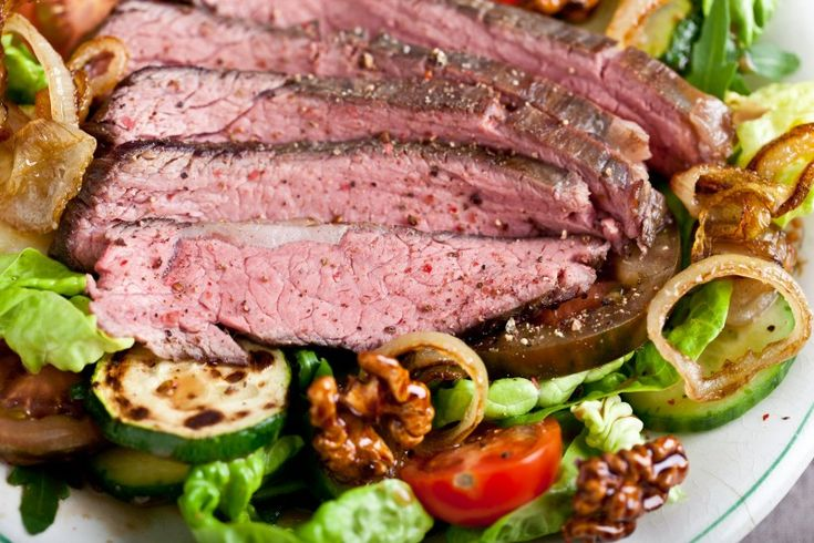 Flank steak salát