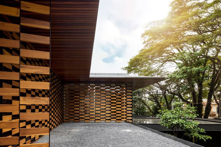 In this house, roof tiles, stone walls, Venetian blinds and wooden structure coexist with large glass doors, wide eaves and rooms in balance.