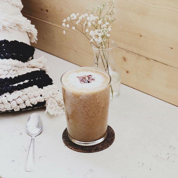 Un smoothie unique pour commencer la semaine du bon pied! Essayez le Chaga Chaï fait avec des champignons chaga l'un des plus riches en nutriments au monde! / A unique smoothie to start the week on the right foot! Try the Chaga Chai made with chaga mushrooms one of the richest in nutrients in the world!  #crudessence #champignons #mushrooms #smoothie #healthyfood #healthychoices #healthylifestyle #choixsanté #santé #vitalité #chaï #chaga