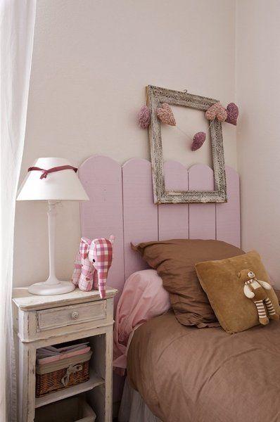 La chambre d'enfants aux accents rose et chocolat.