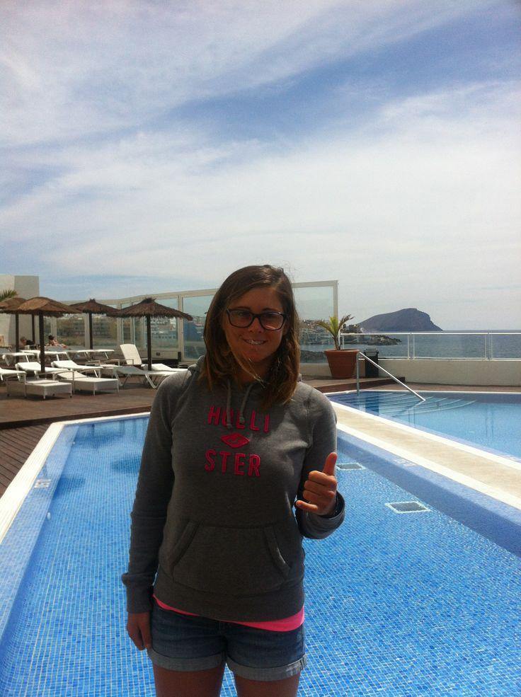 Gisela Pulido , 8 veces campeona del mundo de kitesurf, se encuentra alojada en el #hotelvincci Tenerife Golf 4* . ¡Aquí la vemos en la piscina del hotel con la 'Montaña Roja de El Médano' de fondo, el paraíso para los amantes de wind y de kite!  Atención a las acrobacias que hace en el mar esta mujer. Vídeo: https://www.youtube.com/watch?v=0WssU4kCB80