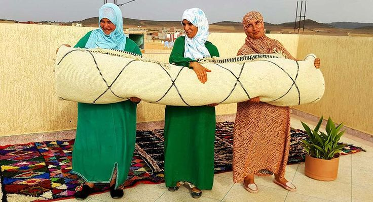 Alcune delle nostre #artigiane #marocchine con uno dei loro #tappeti #BeniOurain fatti interamente a mano. Venite a conoscere il nostro team in #Marocco qui: http://www.sukhi.it/incontra-il-nostro-team-in-marocco