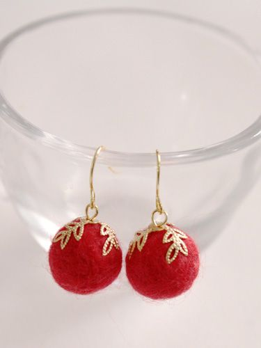 Neat tips and tricks involved in making these needlefelted earrings. Beginner level.