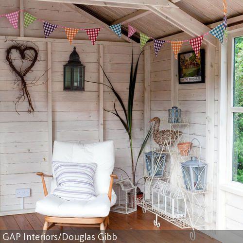Ein Gartenhaus ist eine tolle Alternative, wenn man dem Haupthaus entfliehen möchte, es draußen aber zu kalt oder regnerisch ist. Ein gemütlicher Sessel…