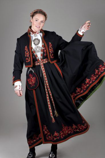 Almankås Vest-Telemark damebunad med sort jakke